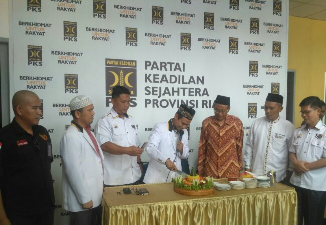 Pengurus PKS Tasyakuran Milad PKS yang ke 21 tahun di DPW PKS Riau. Foto: Antara