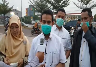 DPW PKS Riau buka posko penanggulan asap dan bagi-bagi masker ke pengendara yang lewat.