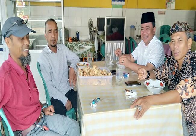 Gustian Riau (baju putih peci hitam) saat pulang bersilaturahmi ke kampung halaman.
