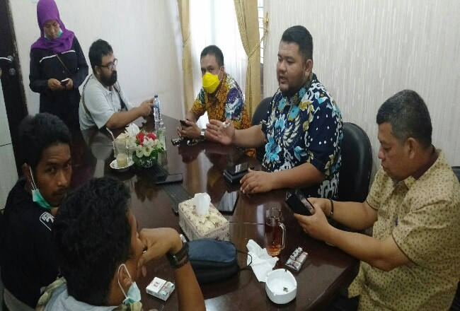Ketua DPRD Novliwanda Ade Putra dan dua pimpinan DPRD Rohul Nono Pratama dan M Sahril Topan, beri keterangan ke wartawan, terkait rapim yangmembahas strategi pencegahan COVID 19 atau Corona di Negeri Seribu Suluk.