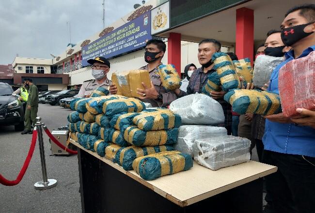Barang bukti 100 Kg ganja yang diamankan Polda Riau.