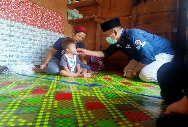 Karang Taruna Meranti memberikan bantuan kepada anak penderita jantung.