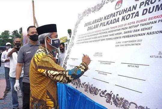 Ketua KPU Dumai Darwis menandatangani Deklarasi Kepatuhan Protokol Kesehatan Pilkada Dumai 2020 baru-baru ini