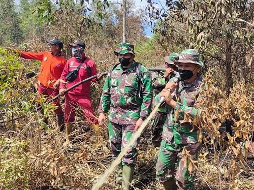 Tim gabungan melakukan pemadaman Kkarhutla di Parit Sasak, Kecamatan Dumai Barat.