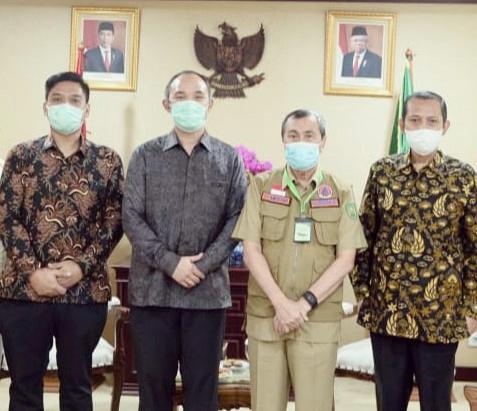 Gubernur Riau (dua dari kanan) didampingi oleh GM EMP Malacca Strait SA Kelik Hadi Suharya, General Manager EMP Bentu Ltd Tri Firmanto dan Direktur PT EMP Energi Terbarukan Bagus C Kartika (dari kiri ke kanan).