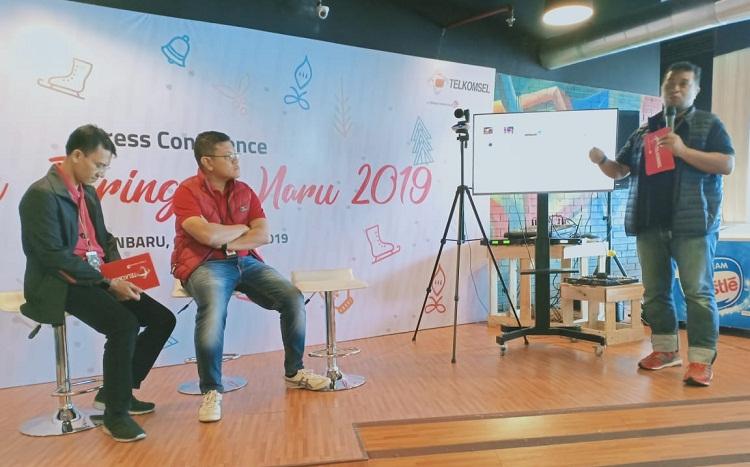 Vice President Nerwork Operation and Quality Management Telkomsel Area Sumatera, Iswandi menjelaskan kesiapan jaringan Telkomsel hadapi Natal dan Tahun Baru, Jumat (6/12/29).
