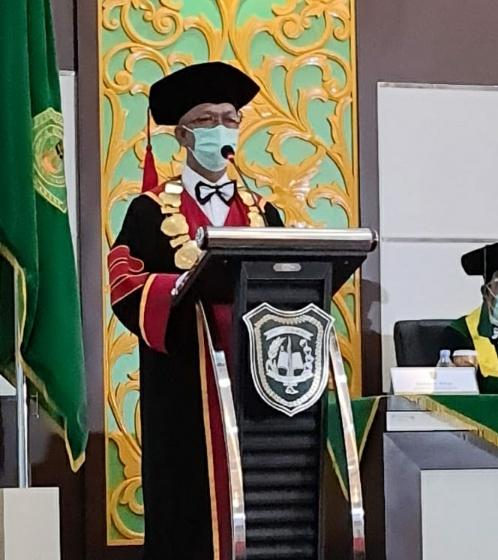 Rektor UIR Prof Syafrinaldi saat memberi sambutan dalam Wisuda Daring Periode III Tahun 2020.