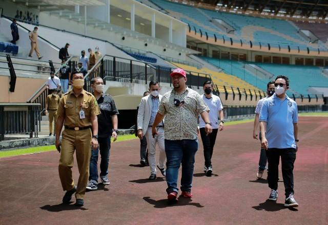 Kadispora Riau Boby Rachmat mendampingi pemilik baru PSPS Riau Norizam Tukiman saat mengunjungi Stadion Utama Riau, di Pekanbaru, Senin (3/5). (ist)
