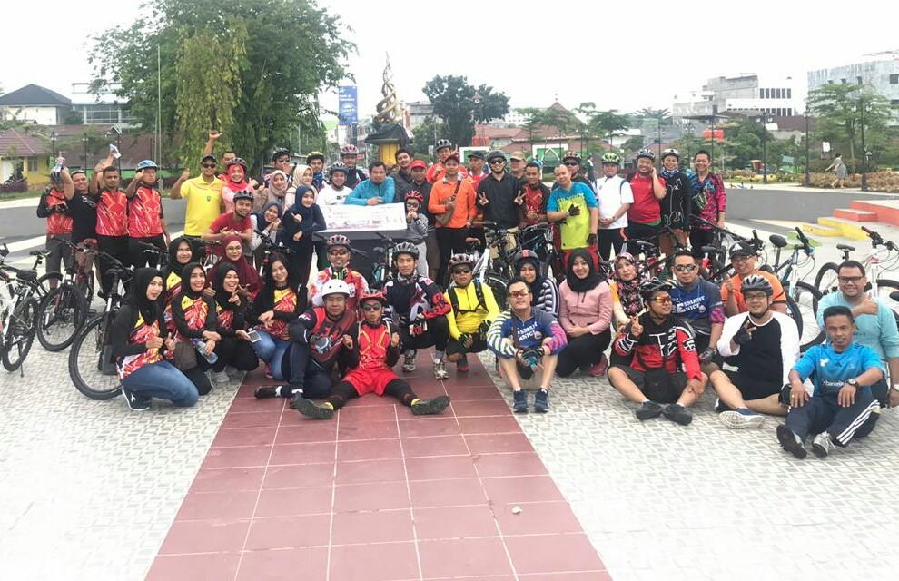 Pemimpin Bank Riau Kepri Cabang Pekanbaru Wahyudi Gustiawan, foto bersama seluruh peserta gowes yang merupakan pegawai Bank Riau Kepri Cabang Pekanbaru dan tujuh Cabang Pembantu.
