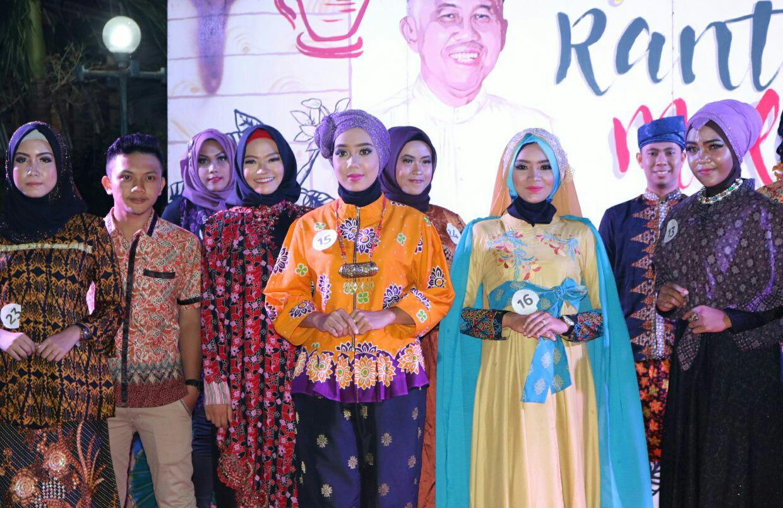 Para peserta menunjukkan kepiawaian mereka berjalan diatas panggung memakai baju Melayu dalam acara Pekan Rantau Melayu di hotel Sri Indrayani.