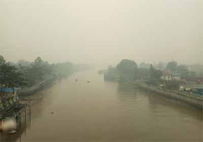 Jembatan Siak IV Pekanbaru tak tampak akibat tertutup pekatnya kabut asap.