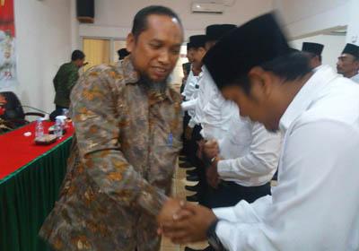 Komisioner Bawaslu Rohil, Jaka Abdilah SAg memberikan ucapan selamat kepada 15 Panwas kelurahan/kepenghuluan usai dilantik.