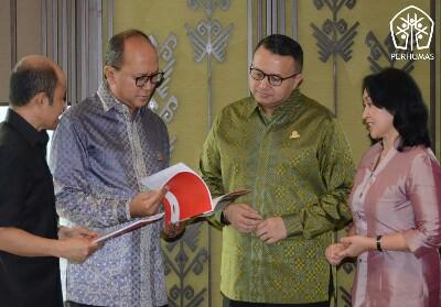 (Dari kiri) Ketua Umum Kadin Rosan P Roeslani berbincang dengan Ketua Umu Perhumas Agung Laksmana.