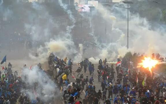 Mahasiswa berlarian saat polisi menembakkan gas air mata dalam demonstrasi menolak pengesahan RUU KUHP dan revisi UU KPK di depan Gedung DPR, Jakarta, Selasa (24/9/2019). Foto: Liputan6