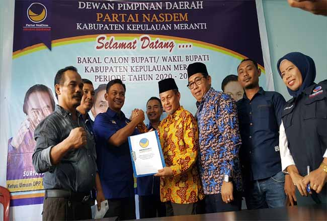 Masrul Kasmy dan Yulian Norwis mengambil formulir penjaringan partai Nasdem Kepuluanan Meranti di Sekretariat Partai Nasdem jalan Diponegoro, Selatpanjang pada Senin (14/10/2019).