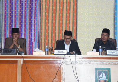 Ketua Sementara H Khairul Umam didampingi Wakil Ketua Sementara Syahrial saat memimpin Rapat Paripurna DPRD Bengkalis, Senin, 23 September 2019.