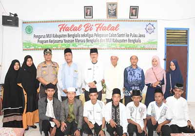 Foto bersama usai acara Halal bi Halal sekaligus pelepasan calon santri ke pulau Jawa.