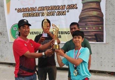 Ketua Harian FPI Riau Yudhi serahkan piala juara umum Kejurporv FPTI VIII 2019 di Kampar.