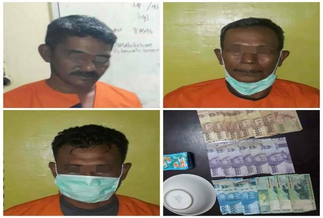 Tiga pria paruh baya ditangkap karena kedapatan berjudi.
