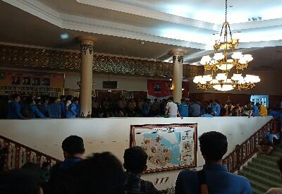 Jebol blokade mahasiswa berhasil masuk Gedung DPRD Riau.