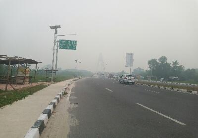 Tampak Jembatan Siak IV diselimuti kabut asap.