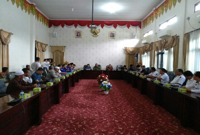 Suasana hearing perwakilan tiga desa dengan Komisi II DPRD Rohul terlait sengketa lahan dengan PT Hutean yang tak kunjung selesai.