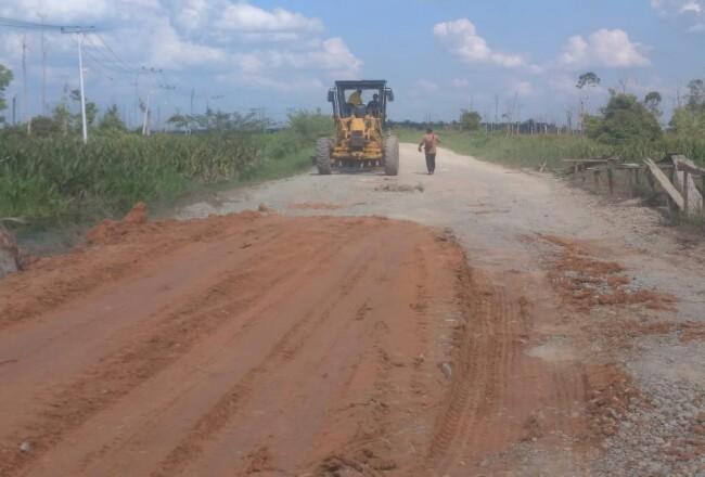 Kondisi jalan yang rusak di Desa Sontang Kecamatan Bonai Darussalam pasca banjir akhir tahun lalu, diperbaiki dengan cara ditimbun tanah atas inisiatif Kades Sontang.