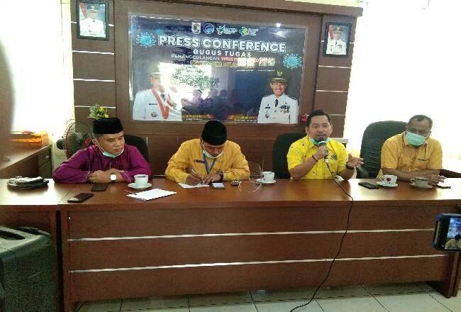 Ketua DPRD PelalawanAdi Sukemi didampingi Kadiskes Pelalawan Asril MKes, Kadiskominfo Hendri Gunawan anggota DPRD dari Golkar Baharuddin.