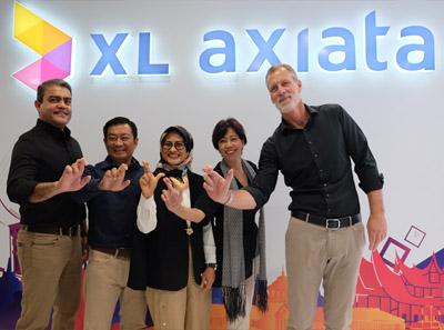 Direktur Corp.Strategy & Bussiness Development XL Axiata, Abhijit Navalekar, Direktur Finance XL Axiata, Mohamed Adlan bin Ahmad Tajudin, Presiden Direktur XL Axiata, Dian Siswarini, Direktur Teknologi XL Axiata, Yessie D. Yosetya, dan Direktur Komersial XL Axiata, Allan Bonke dalam acara Rapat Umum Pemegang Saham Tahunan (Rapat) PT XL Axiata Tbk (XL Axiata) di Jakarta, Senin (29/4/2019).