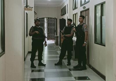 Tampak di depan pintu masuk ruangan bagian pengadaan barang dan jasa Setda Dumai dijaga ketat tiga orang petugas kepolisian bersenjata lengkap.