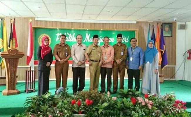Foto bersama pada kegiatan Soft Skill bagi mahasiswa penerima beasiswa Pemerintah Provinsi (Pemprov) Riau Tahun Anggaran 2019 - 2020, Senin (3/2/2020) di Universitas Muhammadiyah Riau (Umri).