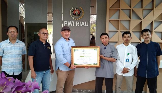 Pengurus Rumah yatim perwakilan Riau, Ramdan, Disna, Arifin dan Rizki melakukan kunjungan dalam rangka silahturahmi ke kantor PWI Riau jalan Arifin Ahmad Pekanbaru.