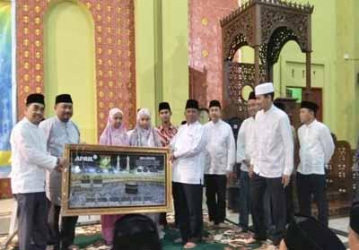 Penyerahan bantuan bantuan jam digital dari PT RAPP untuk Masjid Al-Ihsan Markaz Islami Bangkinang.