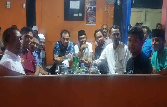 Ketua DPRD Inhil ngopi duduk santai di salah satu cafe di Tembilahan.