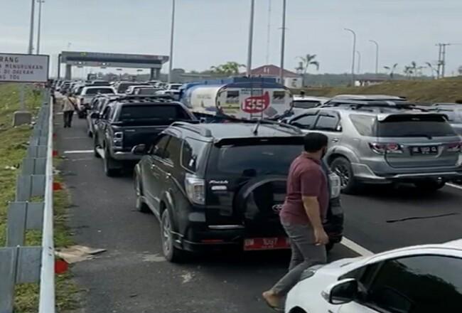 Tangkapan layar video kiriman warga terkait antrean di gerbang tol Pekanbaru. Foto: Riaupos