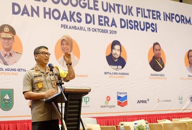 Kapolda Riau Irjen Pol Agung Setya Imam Effendi memberikan materi pada  seminar mengenal tools google dalam mencegah berita hoax di Pekanbaru. FOTO: Riauonline