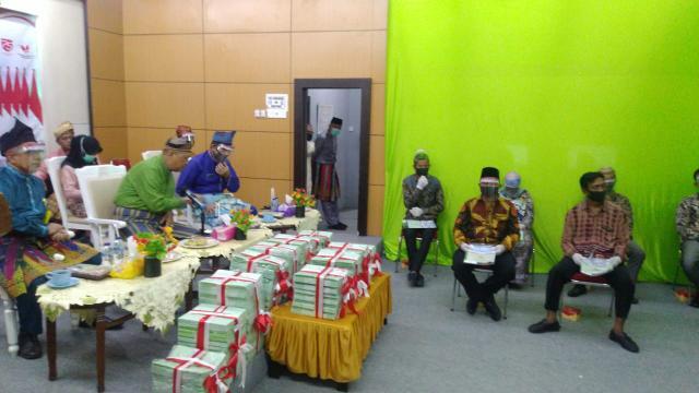 Penyerahan ribuan sertifikat tanah secara simbolis kepada 6 orang perwakilan dari 9 Desa.
