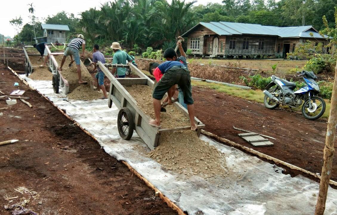 Suasana pengerjaan badan jalan di Desa Putri Puyu, Kecamatan Tasik Putri Puyu, Kabupaten Kepulauan Meranti. Bantuan ini merupakan program CD PT RAPP.