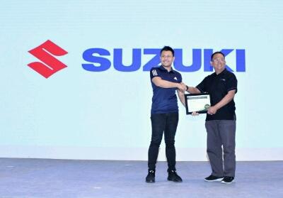 Harold Donnel, 4W Brand Development & Marketing Research PT SIS (kiri) menyerahkan hadiah satu unit New Carry Pick Up secara simbolis kepada Dang Sani Imansyah (kanan) di booth Suzuki pada kesempatan Telkomsel Indonesia International Motor Show 2019.