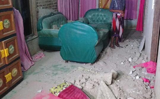 Rumah yang rusak akibat gempa di Banten.