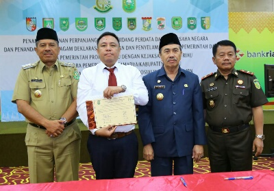 Bupati Siak foto bersama Gubernur Riau Syamsuar.