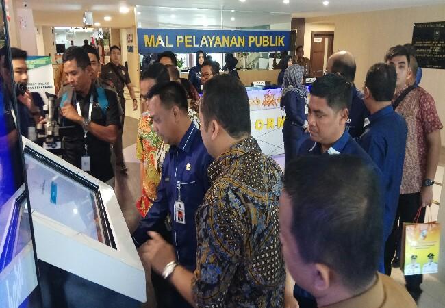Kepala DPM-PTSP Kota Pekanbaru M Jamil didampingi Sekretaris DPM-PTSP Kota Pekanbaru F Rudi Misdian menjelaskan sistem pelayanan kepada Walikota Tangerang H Arief Wismansyah.