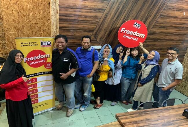 Sales Area Manager Indosat Ooredoo Pekanbaru Helmar Dodi berfoto bersama wartawan.