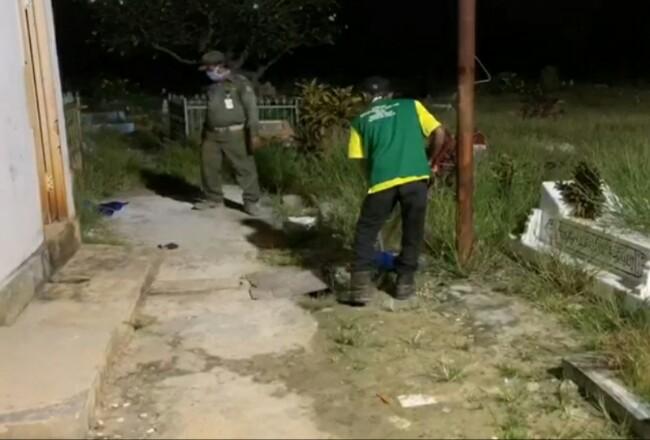 Masyarakat terjaring razia Prokes dihukum membersihkan kuburan Budikemulyaan Kota Dumai, Selasa malam kemarin