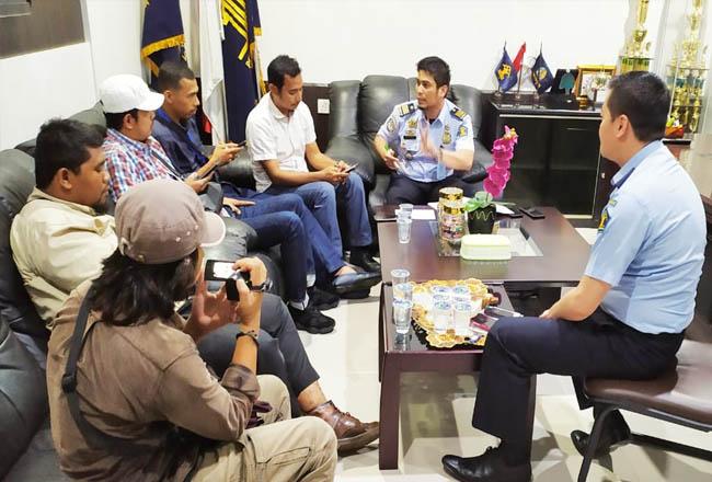 Wartawan saat mengkonfirmasi ke kantor Imigrasi Selatpanjang.