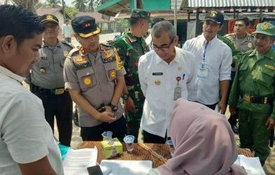 Bupati Mursini bersama Kapolres Kuansing AKBP M Mustofa saat melakukan monitoring Pilkades di Kecamatan Pangean.