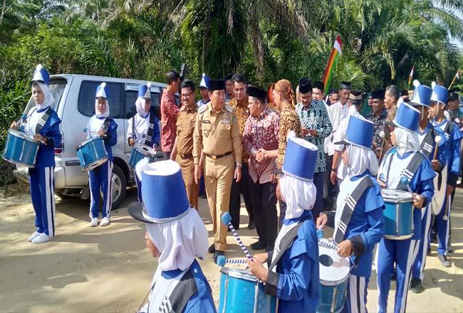 Bupati Sukiman, disambut meriah itongan marching band setibanya di lokasi acara, dan menyerahkan bantuan ke sejumlah masjid di Desa Mahato dan 8 desa pemekaran lainnya.