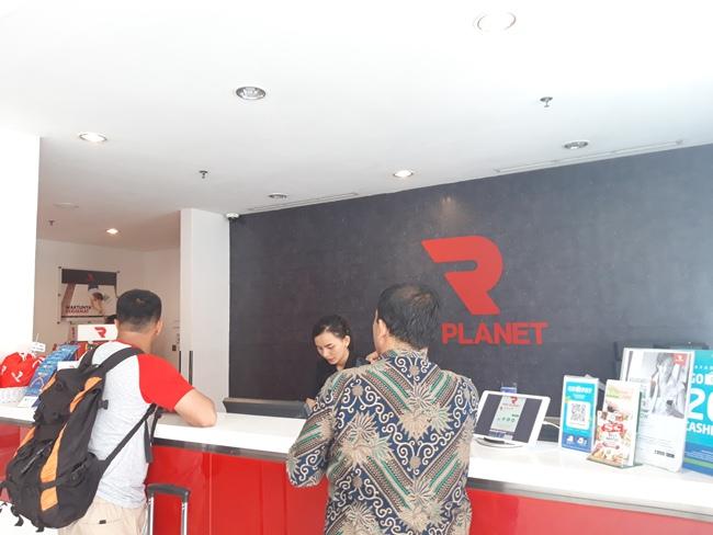 Petugas front office Hotel Red Planet Pekanbaru sedang melayani tamu yang melakukan check in, Kamis (14/3/2019). Foto Novi