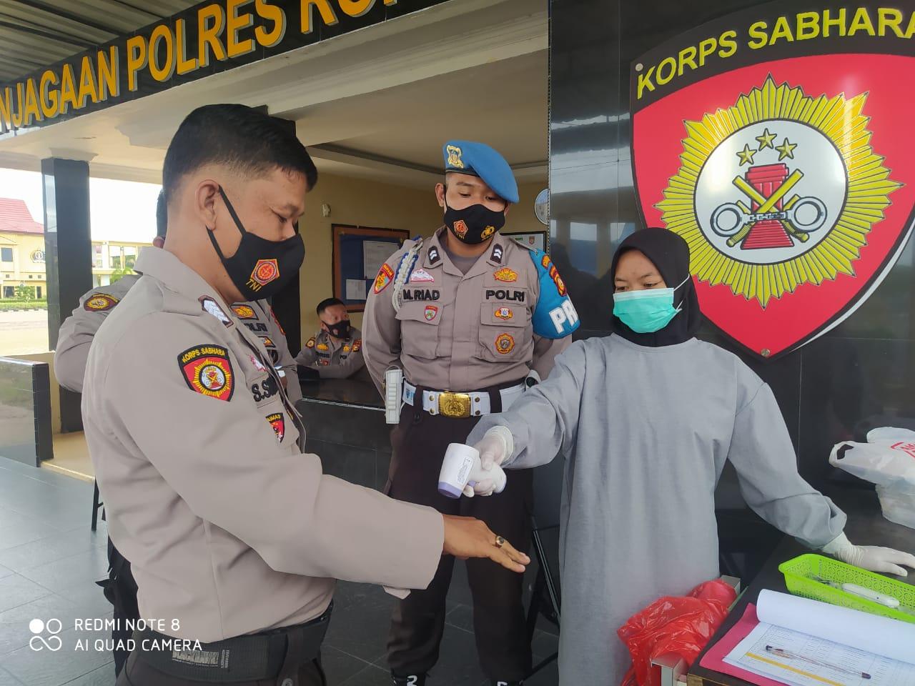 Pemeriksaan suhu tubuh personel Polres Rohil.