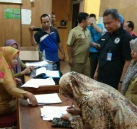 Kepala BNNK Pelalawan, AKBP Andi Salomon awasi tes urine para ASN di lingkungan Pemkab Pelalawan, Rabu (11/12/2019). Foto Andy